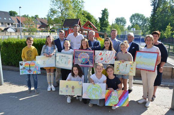 Serviceclub Lions Waasmunster zet de winnaars met de mooiste tekeningen in de bloemetjes.