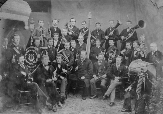 Al sinds 1843 is Arti niet meer weg te denken uit Oirschot. Tot ver in de twintigste eeuw was de harmonie een louter mannelijke aangelegenheid, zoals op deze archieffoto uit 1885 Tegenwoordig is de verhouding man-vrouw nagenoeg gelijk bij Arti.