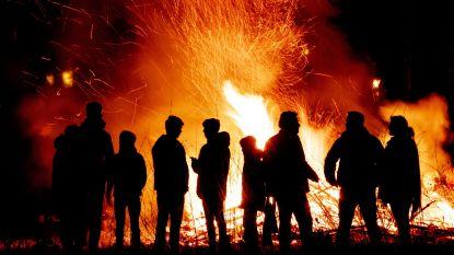 KSA en KWB verbranden kerstbomen langs Lange Ast in Huise