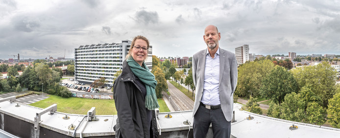 Kim van Rie en Ben Koopman van de Taskforce Woningbouw aan de Zwaterwaterallee. Daar kunnen door herontwikkeling en nieuwbouw 1000 tot 1300 woningen komen. Een plan dat marktpartijen samen ontwikkeld hebben.