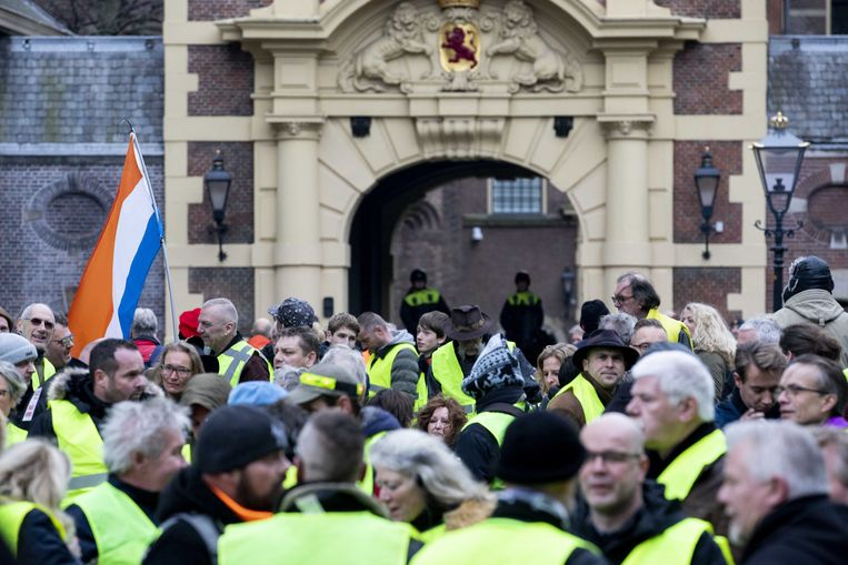 Mensen demonstreren in gele hesjes op het Plein in Den Haag in navolging van de demonstraties in Frankrijk en België uit onvrede tegen hoge prijzen voor eten en brandstof.