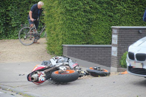 De motor belandde na de aanrijding op een oprit naast de weg.