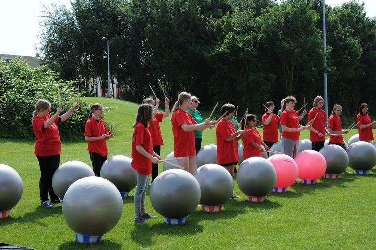 De jongeren konden onder meer deelnemen aan een sessie 'drums alive'.