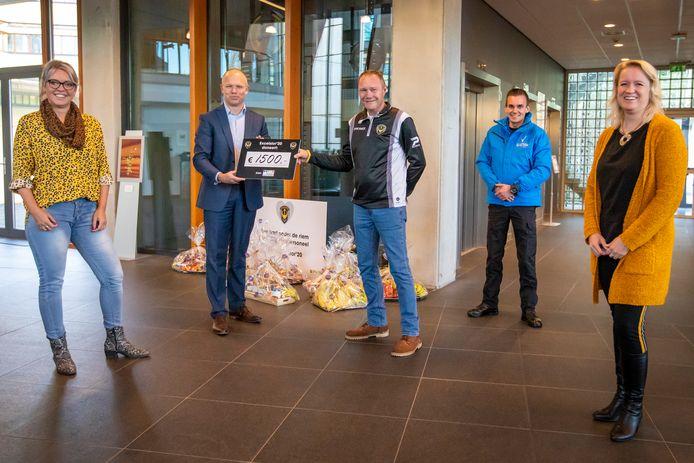 Dave van der Linde reikt de cheque van 1500 euro uit aan Niels Honig, lid van de raad van bestuur van het ziekenhuis.