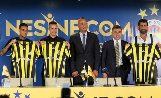 Gregory van der Wiel en Robin van Persie (beiden links) tijdens hun presentatie bij Fenerbahçe.