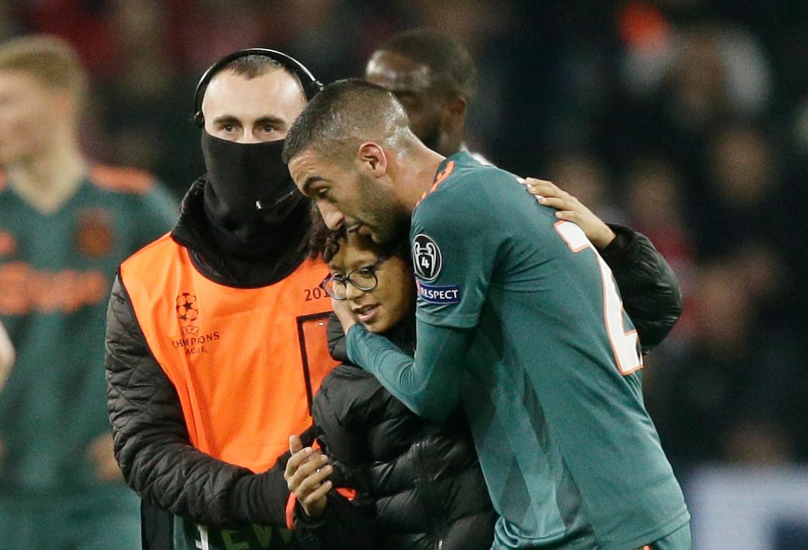 Hakim Ziyech met zijn jeugdige fan in Lille.