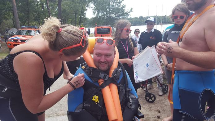 Sophie Groen pept haar vriend Theo Rommen op, vlak voor de start van de zwemrace op de IJzeren Man in Vught.