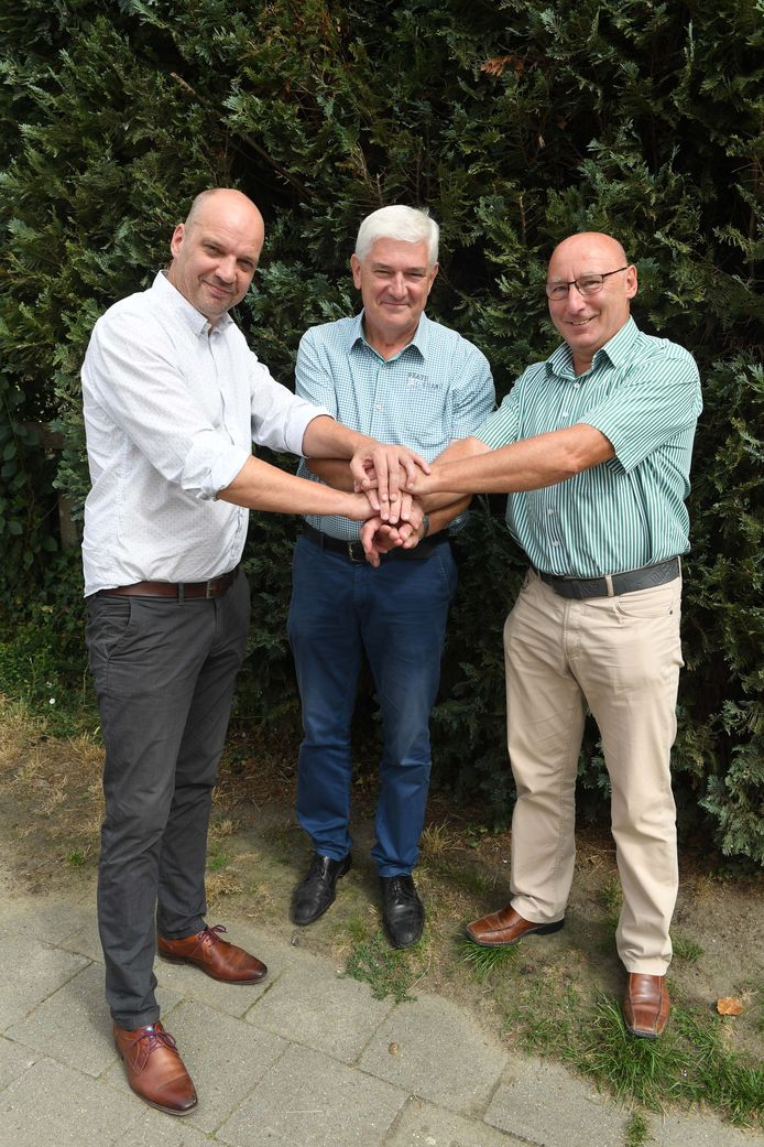 Wijnbouwer Paul Vleminckx wordt omgeven door Bart Clerckx (links) en Adri Daniëls (rechts)
