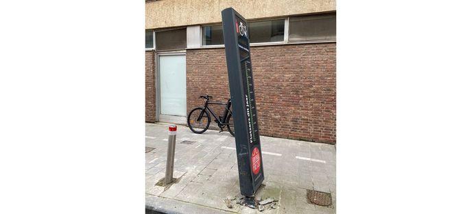 De aangereden fietstelpaal in de Budastraat. Dit is een archiefbeeld.