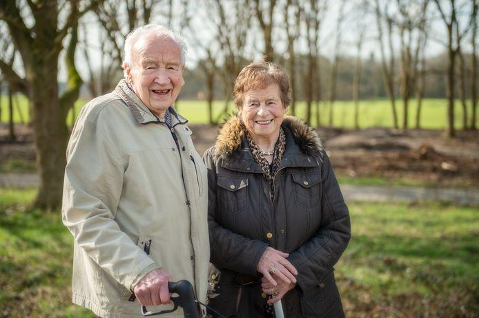 Jo Frijters en Nellie Backx bij de oude loopgraven. Jo heeft ze destijds als jonge snaak nog mee moeten uitgraven.