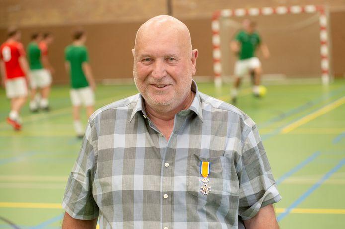 Ad Tiebosch uit Boekel met zijn koninklijke onderscheiding. Fotograaf: Van Assendelft/Jeroen Appels