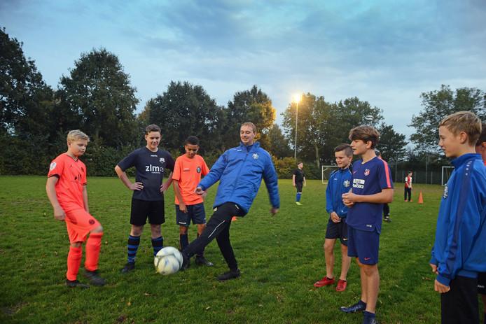 Rob van der Sleen is jeugdtrainer bij SKNWK in Nieuwerkerk.