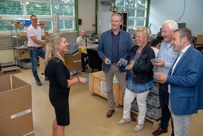 Larcom-medewerker Nienke Freriksen geeft Ron Nijhof, Aline Hofstee, Tinus Broekroelofs en Stendert de Vries (vlnr) uitleg over een deel van de productie op deze sociale werkplaats.