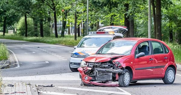 Automobilist ziet auto over het hoofd en veroorzaakt ongeval in Tilburg.