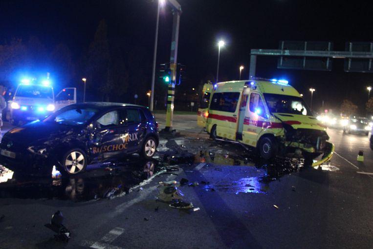 Het ongeval gebeurde toen de ambulance met zwaailicht en sirene het kruispunt opreed.