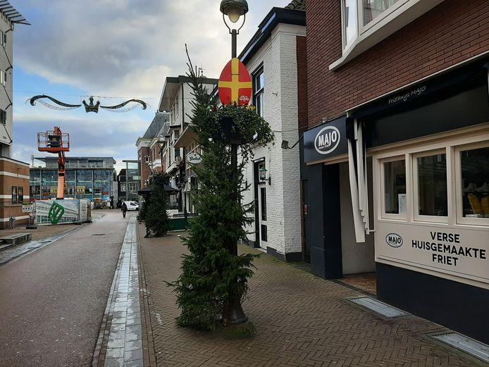 De speciaal voor de landelijke sinterklaasintocht gemaakt sinterklaasversiering hangt nog steeds in de Apeldoornse binnenstad.