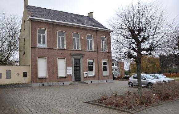Het oud gemeentehuis ging tegen de vlakte.