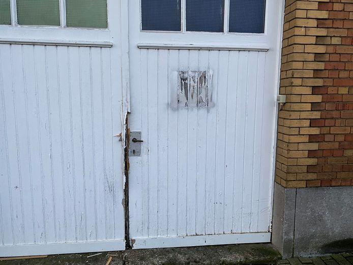 De politie viel binnen langs de poort van het clublokaal van de Blue Angels.