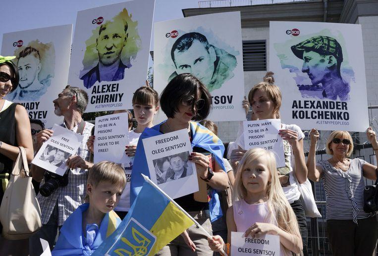 Mensen demonstreren voor de Russische ambassade in Kiev. Beeld ap