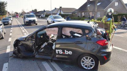 Bestuurster (23) zwaargewond na klap tegen groenbak in midden van rijweg