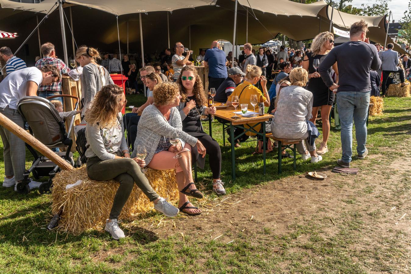 Lekker hangen op een hooibaal, aan lange tafels of staand in het zonnetje tijdens Chefs (R)Evolution in Zwolle.