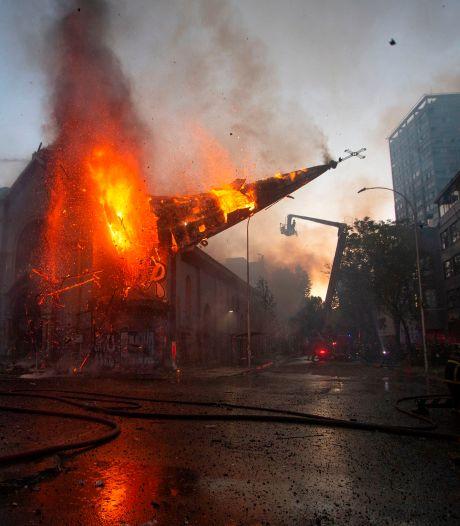 Une église incendiée au Chili: les images impressionnantes du clocher qui s'effondre