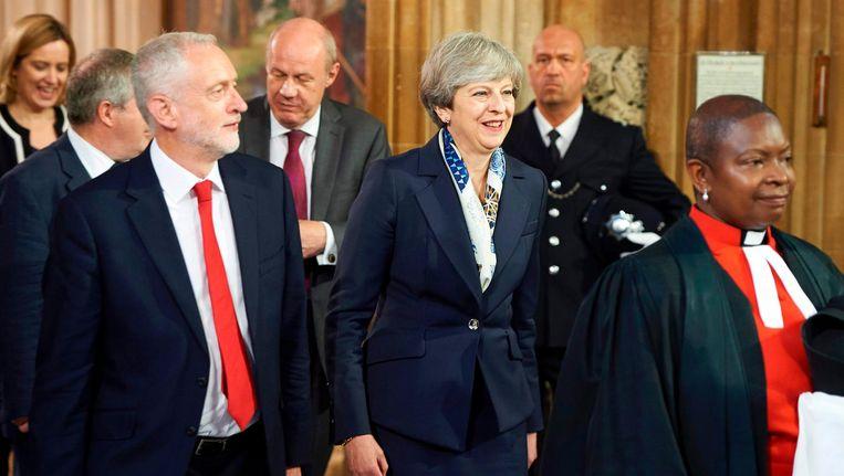 Theresa May naast Jeremy Corbyn na de troonrede van Queen Elizabeth II. Beeld null