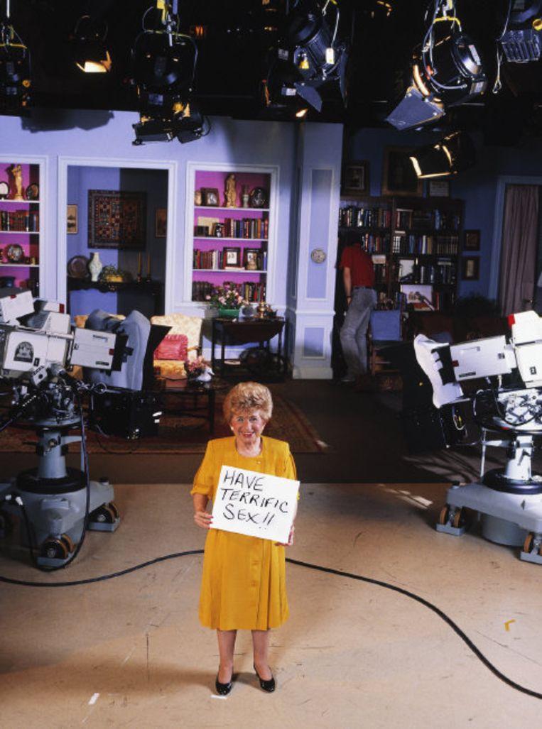 Dr. Ruth Westheimer tijdens een pauze in een tv-studio in 1986.