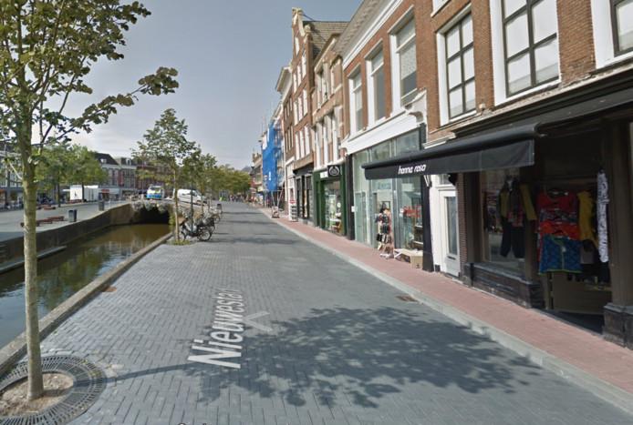 De gladde straatstenen van de Nieuwstad in Leeuwarden