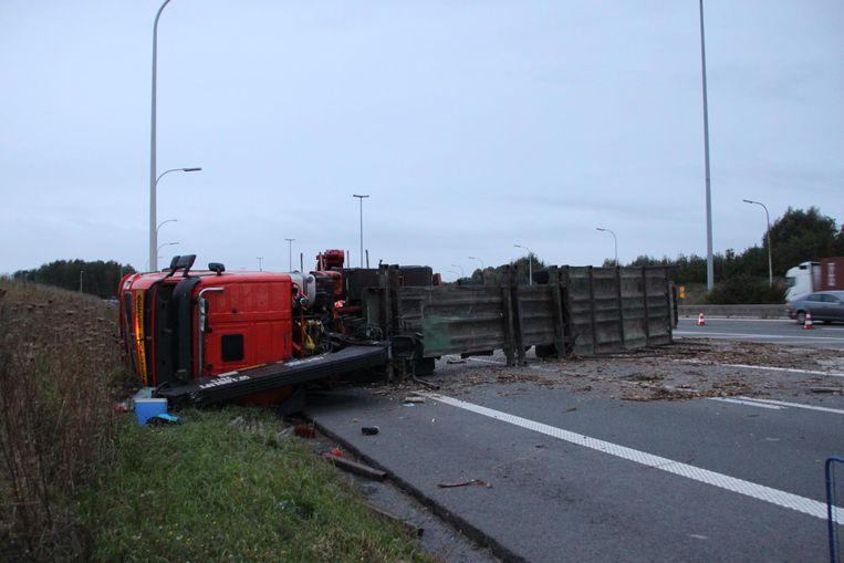 Een vrachtwagen met boomstammen kantelde rond 5.30 uur, maar kon pas tegen 8 uur getakeld worden.