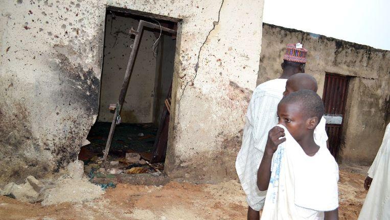 Archieffoto: een jongen loopt langs de plek van een aanslag door vermoedelijk Boko Haram, in september in Maiduguri Beeld afp