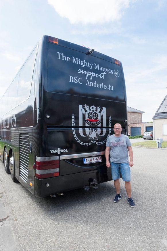 Voorzitter Carl Adams en zijn vrienden spelen voortaan twaalfde man voor landskampioen Anderlecht met deze luxueuze bus.