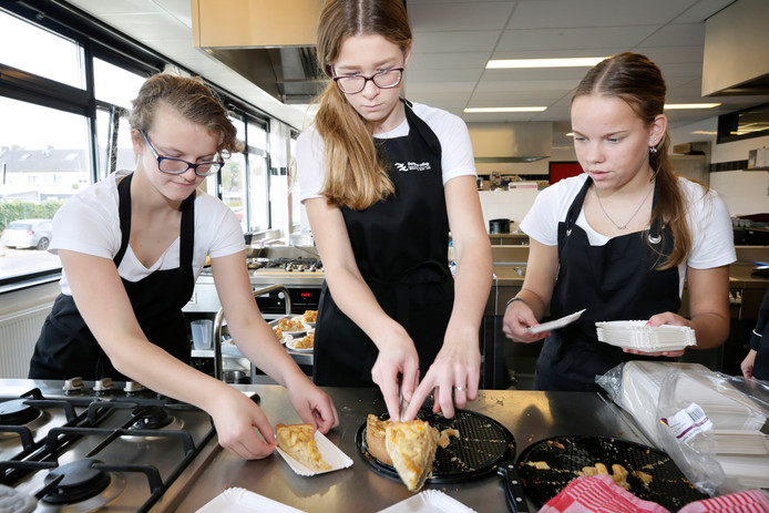 Derdejaars scholieren van het Dongemond College in Made snijden de zelfgebakken appeltaart voor de ouderen die komen lunchen in het schoolrestaurant De Kempen.