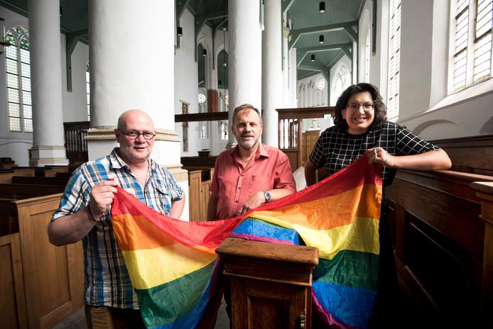 Pastoor Huub Spaan (links), dominee Hans Berkheij en Saphira Metekohy in de Petruskerk. Ze staan aan de wieg van de regenboogdienst in de Petruskerk.