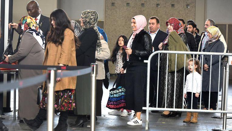 Turkse Nederlanders staan in de rij om hun stem uit te brengen in de RAI Beeld anp