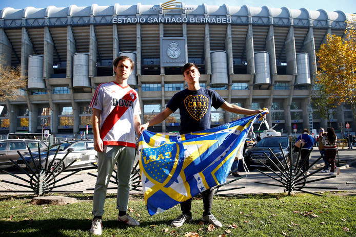 Fans van River Plate en Boca Juniors bij het Estadio Santiago Bernabéu in Madrid.