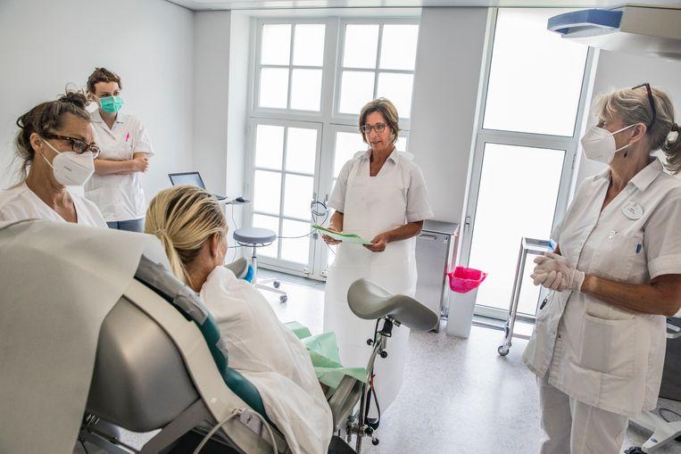 Arts Elles Garcia en haar team bespreken met een patiënt wat er gaat gebeuren. Beeld Aurélie Geurts