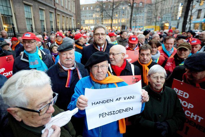 50Plus-Kamerlid Henk Krol (M) loopt in 2014 mee tijdens een protest van leden van de vakbond FNV tegen de nieuwe pensioenregels.