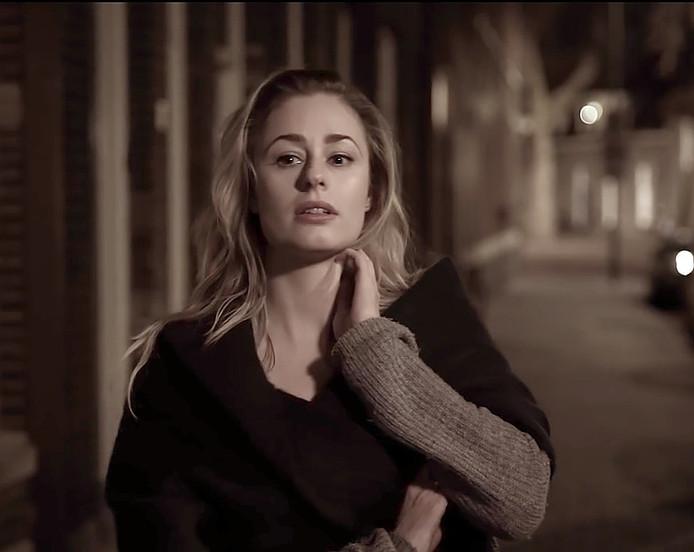 Nina Velter in de clip van Frans Bauer