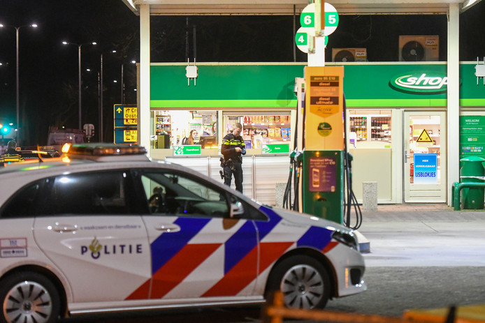Agenten hebben het tankstation afgesloten en doen onderzoek.