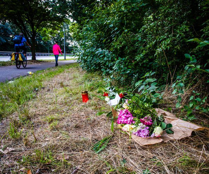 Bij de plek waar zaterdag het lichaam van de vermiste Dirk Dalebout uit Dordrecht werd gevonden, hebben vrienden en familie een klein monumentje opgericht. Zijn vrouw Jacqueline en dochter Celine hebben er ook bloemen en kaarsjes neergelegd.