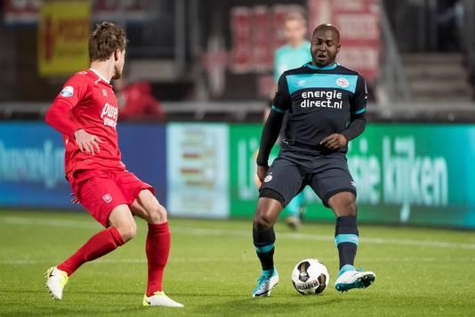 Jetro Willems in actie tegen FC Twente.