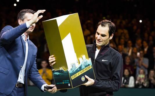 Richard Krajicek overhandigt Roger Federer trofee nadat hij de oudste nummer één van de ATP-ranking ooit werd.