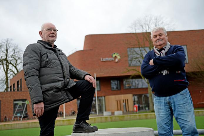 """Marinus Gouma (links) en Gerrit Ansink in het park voor wijkcentrum Lumen. ,,De saamhorigheid is groot. Er is altijd wel iets, maar de mensen zien dat er wat gebeurt."""""""