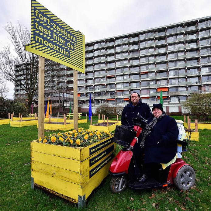 Om de leefbaarheid in de wijk Fort-Zeekant te verbeteren plant woningbouwcorporatie Stadlander meerdere moestuinbakken. Dennis en moeder Gonny Andreas zijn er blij mee.