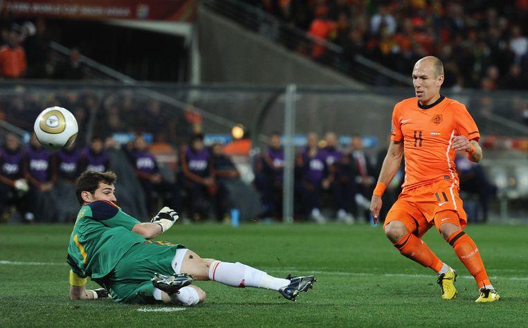 Een redding van de Spaanse keeper Iker Casillas na een schot op doel van Arjen Robben tijdens de WK-finale van 2010. Beeld Getty Images