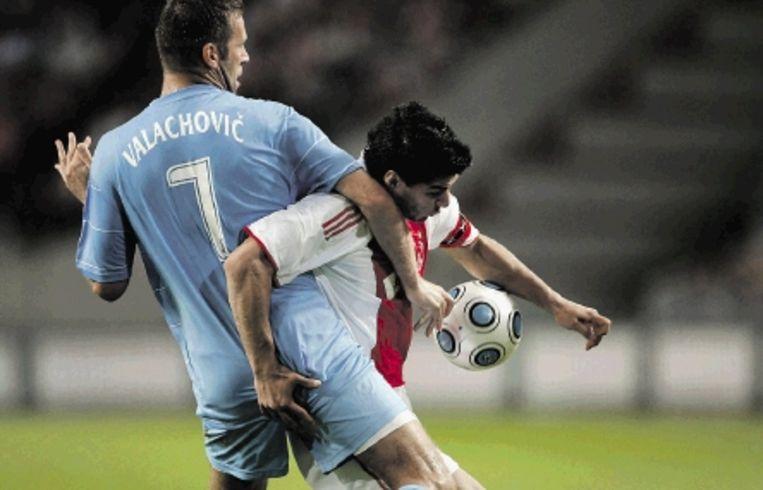 Slovan-verdediger Valachovic heeft zijn handen vol aan Ajax-spits Suarez. (FOTO MARCEL ANTONISSE, ANP) Beeld EPA