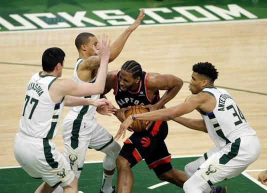 Kawhi Leonard van Toronto probeert zich door drie Bucks heen te wurmen.