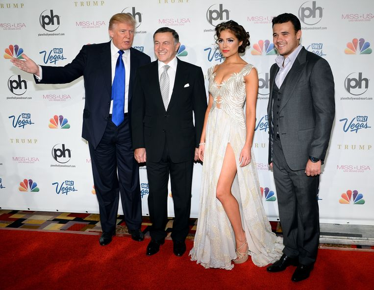 Trump met Aras Agalarov, Miss Universe 2012 Olivia Culpo en Emin Agalarov in juni 2013.