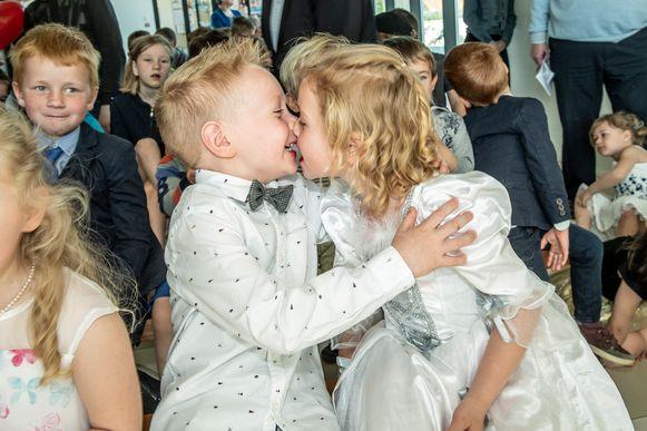 Henri Kindt huwde met... zijn zus Leonie. Ze geven elkaar een innige kus.